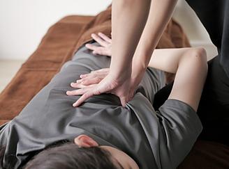 痛くない最先端手技ライラックローズ健康整体院掛川店・菊川店の紹介画像 ほとんど痛みを感じない施術 肩こりや頭痛、腰痛や背中の痛みなどから骨盤矯正や姿勢矯正までいろいろなメニューあり