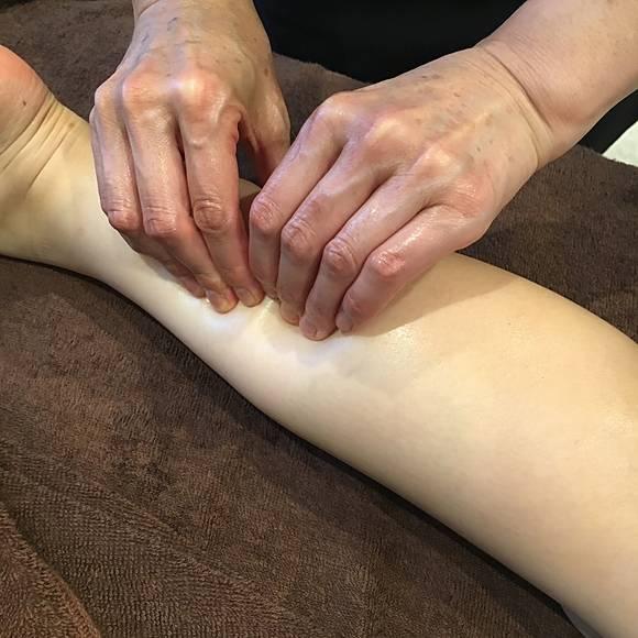 ライラックローズ リンパドレナージュ 下半身施術画像1安い 下半身のリンパの流れを改善し、脚やせやむくみ解消、冷え性や静脈瘤対策など老化やアンチエイジング効果と下半身の疲れにも効果バツグン!