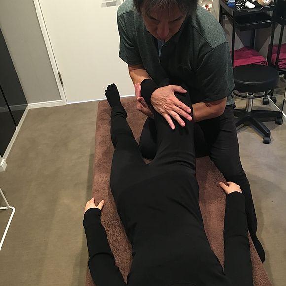 ライラックローズ健康整体の施術画像2 当店は痛くない最先端手技で肩こりや腰痛や背中の痛み、首痛などに対応 出来るだけ安い価格でメニューを提供 掛川と菊川にお店あり。内臓や頭蓋骨由来の不調にも対応