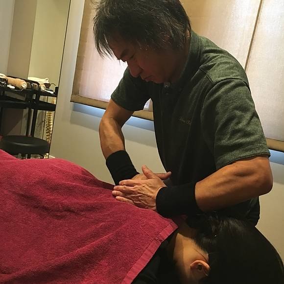 ライラックローズ健康整体院の施術画像2 最先端の痛くない手技で姿勢矯正や骨盤の矯正 肩こりや腰痛や首痛や背中の痛みなどの疼痛の改善 また身体のメンテナンスもおこなっています